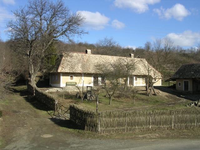 Rácz Jenő: Restaurátori beavatkozás egy nyugat nógrádi kisnemesi kúria rekonstrukciójában.