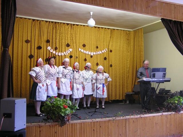 A Csesztvei Dalkör Szécsénkén a nyugdíjas napon
